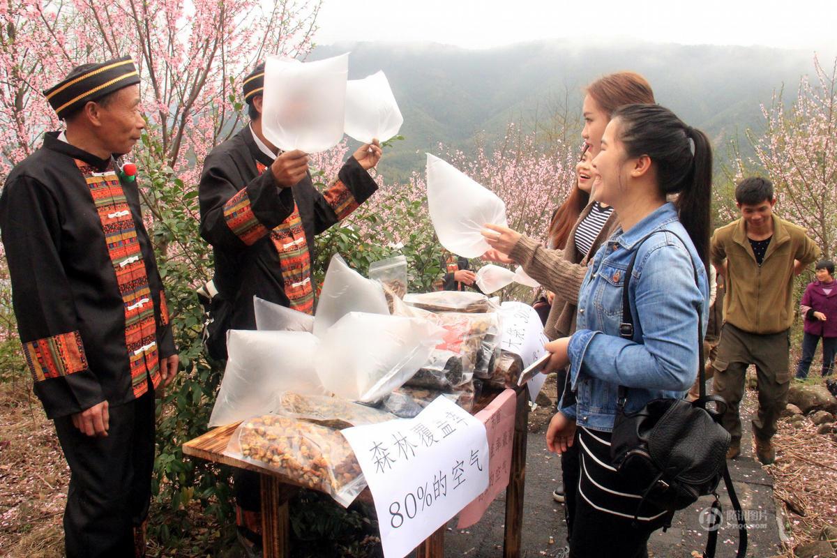 广东山里村民向游客卖空气 每袋十元起