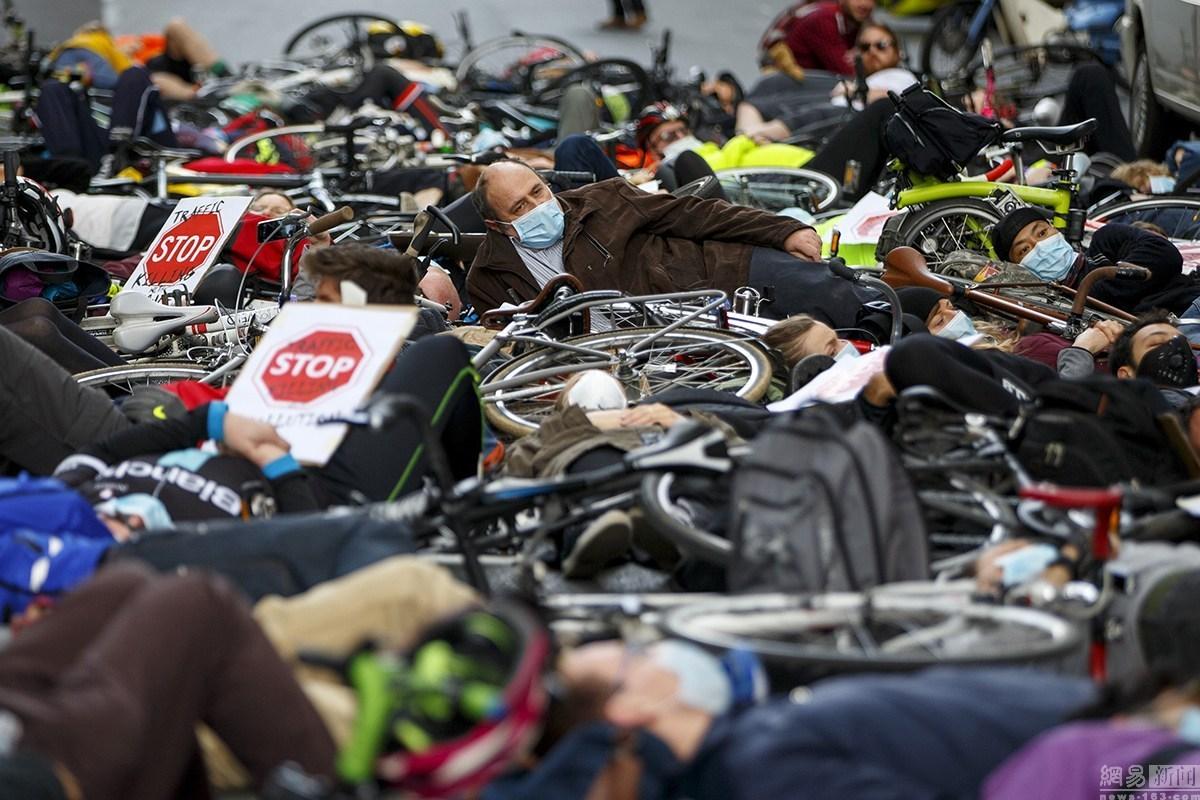 """伦敦市民举行""""躺尸""""集会 抗议室外空气污染"""